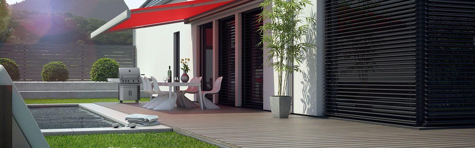 Eine Terrasse ausgestattet mit einer Markise, einem Pool und einem Grill