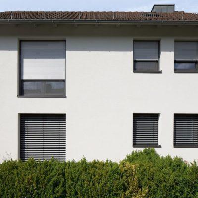 Helles Haus mit Rollladen von Wolf in Nürnberg
